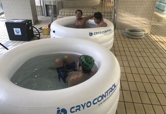 パラトライアスロン日本代表チームがクライオコントロールのアイスバスを使用している。