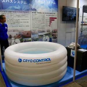スポーツビジネス産業展にて展示される氷を使わないアイスバスシステム